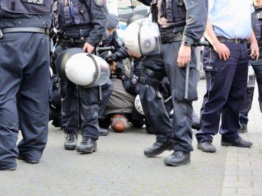 DUİSBURG'TA POLİSE ŞİDDET SUÇLAMASI