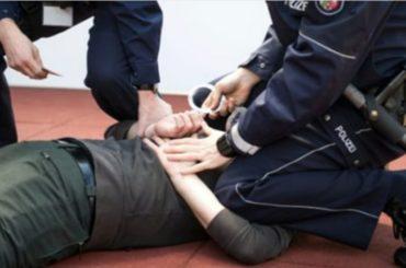 POLİS YERDE YATANIN KAFASINA TEKME ATIYOR
